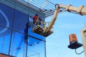 Mycie wysokościowe okien z podnośnika