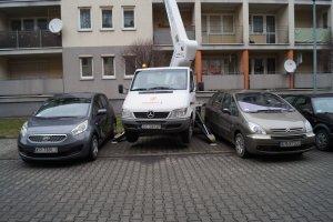 Mała zwyżka na zatłoczonym parkingu.