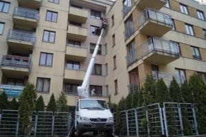 Mycie elewacji budynku z podnośnika koszowego