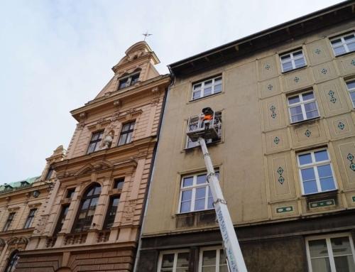 Mycie okien kamienicy na Rynku Głównym